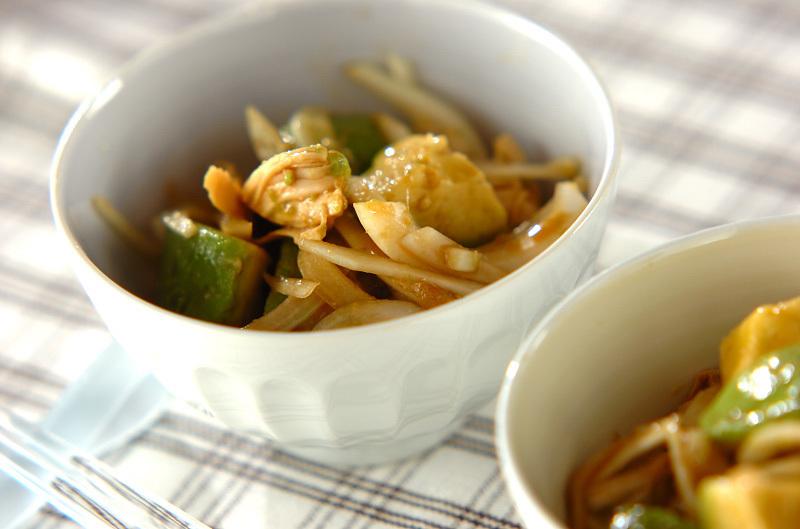 白い食器に盛られたささみとアボカドのワサビ風味サラダ