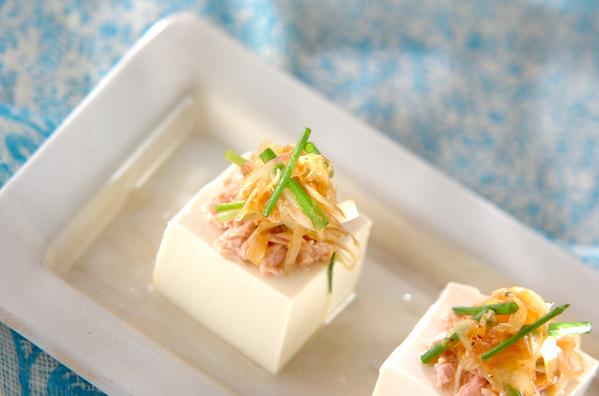 絹ごし豆腐に香味野菜とツナをトッピング