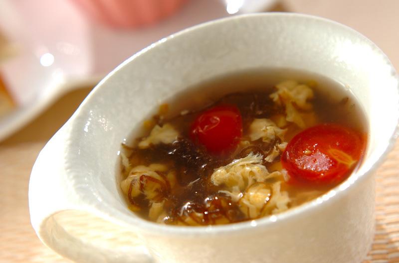 トマトの酸味が◎もずくと卵のスープ