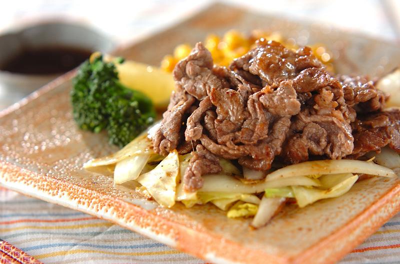 四角いお皿に盛られた牛肉ソテーレモンソース