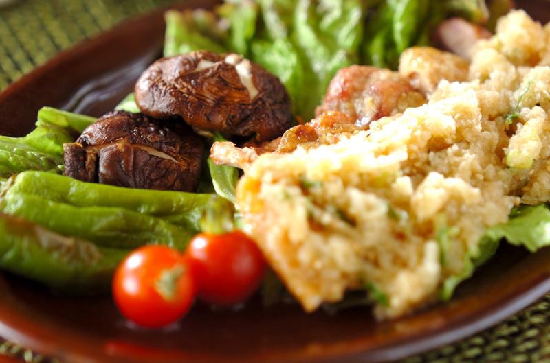グリルした鶏肉と大根おろしと付け合わせの野菜