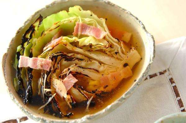 和食器に盛られた焼きキャベツとベーコンのスープ