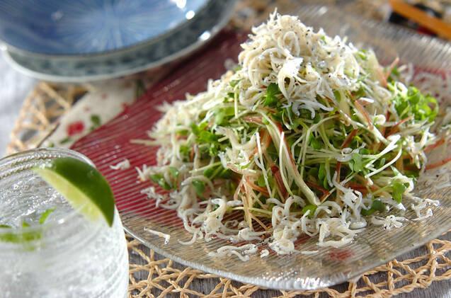 ガラスの皿に盛られた薬味野菜としらすのサラダ