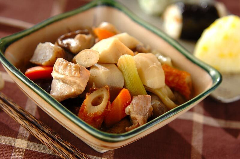 ちくわやにんじん、鶏肉などが入ったサトイモの具沢山煮物