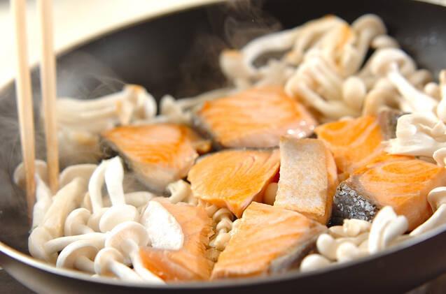 鮭とキノコのユズコショウ炒めの作り方の手順2