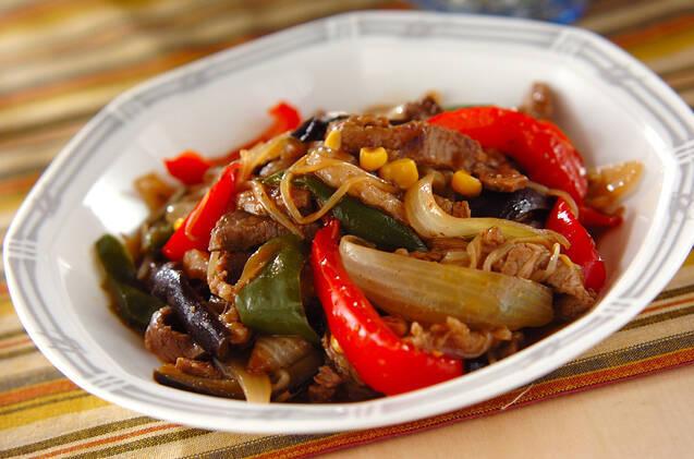 フチにグレーのラインが入った皿に盛られた、牛肉と野菜のオイスター炒め