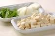 豆腐とキヌサヤのみそ汁の下準備1
