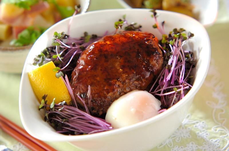 白い器に盛られた和風ダレのロコモコ丼