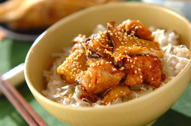 黄色い丼に盛られた揚げさばとエリンギの照り焼き丼
