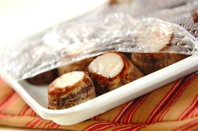 里芋のゴマみそ和えの作り方の手順1