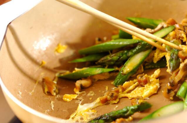 グリーンアスパラとアナゴの卵炒めの作り方の手順3