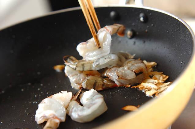 食欲そそる香り!エビとジャガイモのガーリック炒めの作り方の手順4