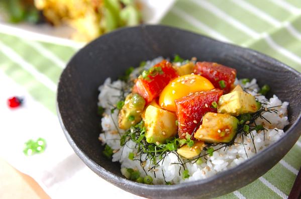 黒い丼に盛られた韓国風マグロアボカド丼