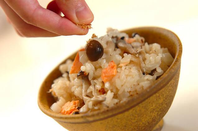 鮭とカブとシメジの炊き込みご飯の作り方の手順3