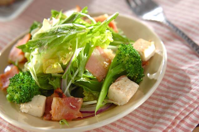 炒めベーコンと豆腐のサラダ