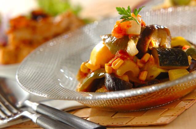 ズッキーニやパプリカ、コーンなどのトマト煮