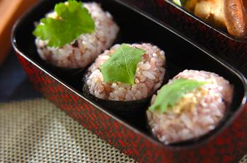 雑穀米とワサビ漬けのおにぎり