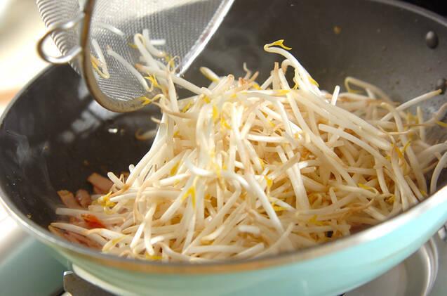 モヤシとベーコンの卵とじの作り方の手順3