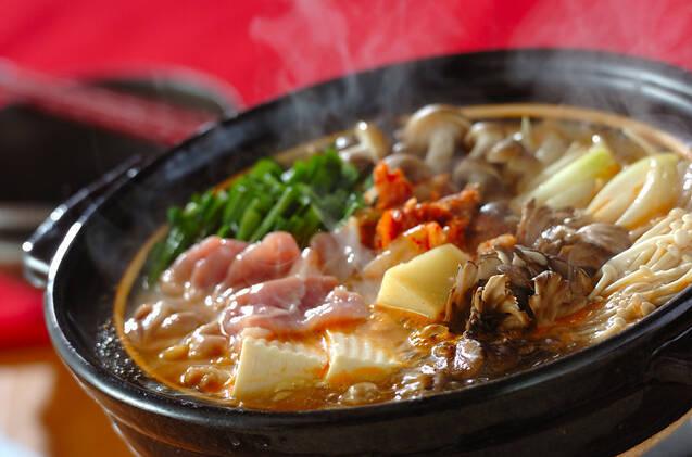 黒色の土鍋で煮立てた豚のチーズチゲ鍋