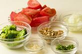 トマトとクルミの炒め物の作り方2