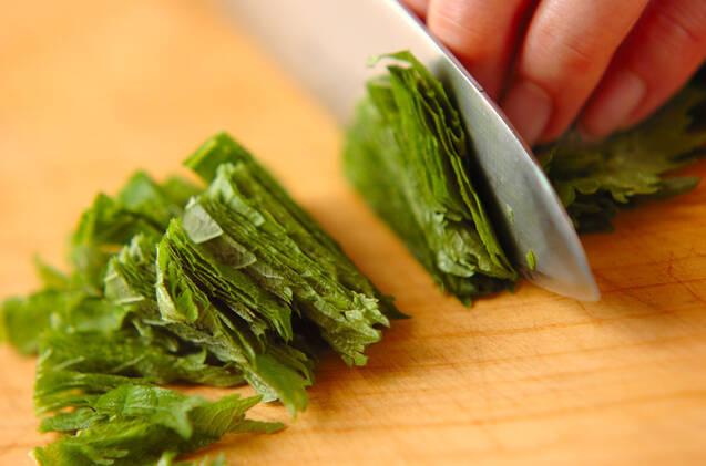 大葉と鮭のパスタの作り方の手順1
