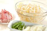 シャキシャキモヤシ炒めオムレツの作り方1