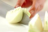 玉ネギの麺つゆレンジ和えの下準備1