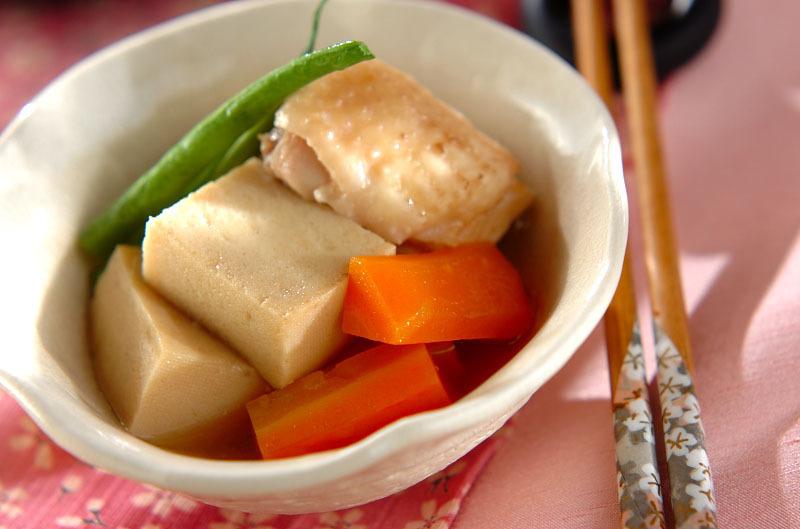 白い器に盛られた、高野豆腐とにんじん、鶏肉の含め煮