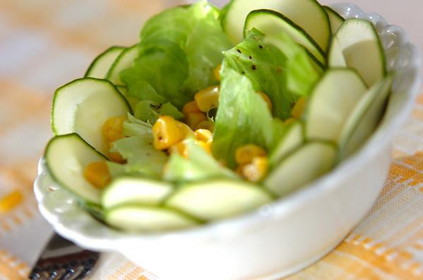 白の皿にサラダが盛られズッキーニが飾り付けてある