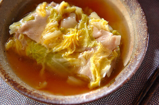 茶色の和食器に盛られた白菜と豚肉の重ね蒸し