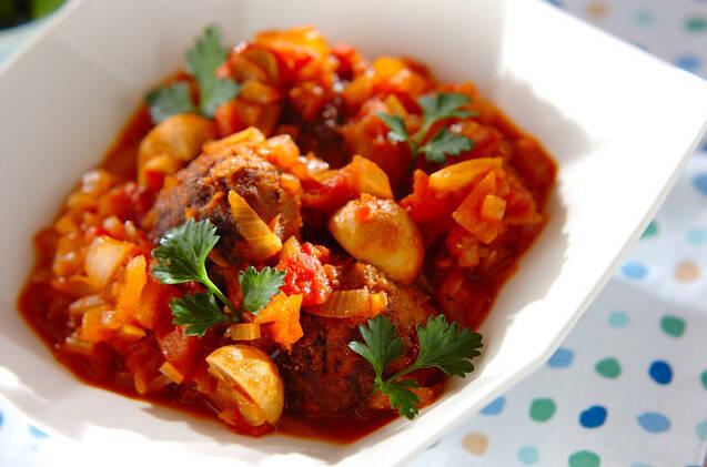 みじん切りにしたソーセージと牛ミンチで作ったミートボールをトマトの水煮とトマトピューレで煮込んだひと品。