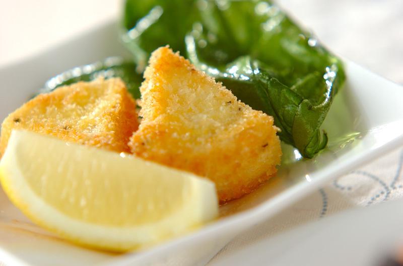 お皿にのったカマンベールチーズフライの画像