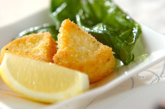 白いお皿に盛られたカマンベールチーズのフライ2切れ
