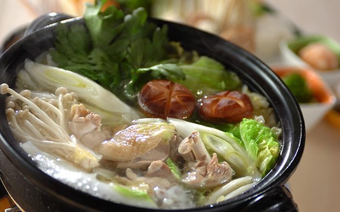 黒い土鍋に入った鶏つくねの塩鍋