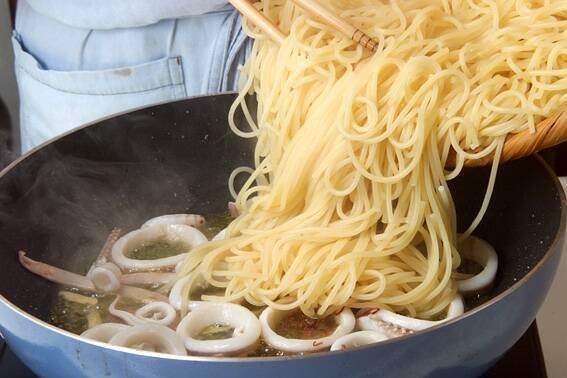 イカと小松菜スパゲティの作り方の手順6