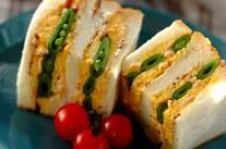 スナップエンドウとスクランブルエッグのサンドイッチ
