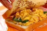 スナップエンドウとスクランブルエッグのサンドイッチの作り方4