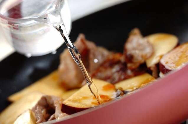 豚こま肉とサツマイモのママレード煮の作り方の手順2