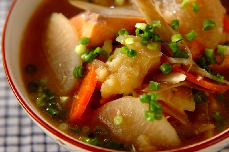 北海道の定番料理・サケと野菜の石狩汁鍋