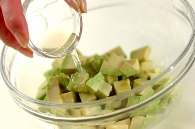 くずし豆腐とアボカドの塩麹和えの作り方の手順2