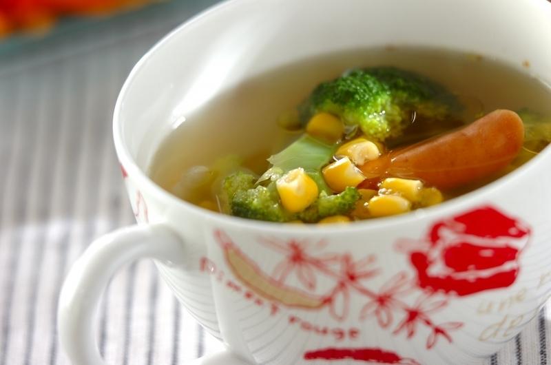 1. ソーセージとブロッコリーのコンソメスープ