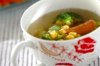 ソーセージとブロッコリーのコンソメスープ