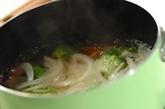 ソーセージとブロッコリーのコンソメスープの作り方1