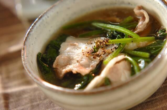 お醤油系スープに入った豚肉とほうれん草