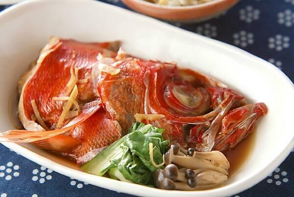 白の皿に盛られた金目鯛の煮付け