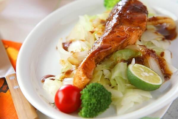 サケの和風ソテーと野菜とかぼす