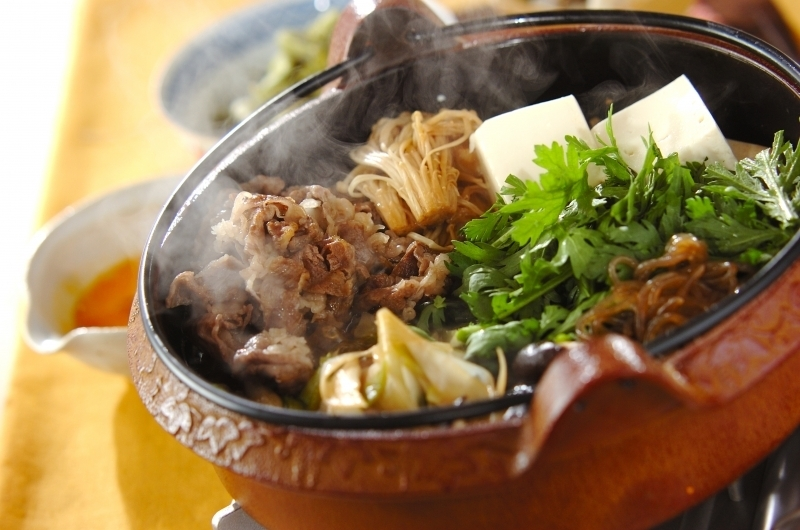 牛肉、エノキ、長ネギ、豆腐などが入ったすき焼き鍋