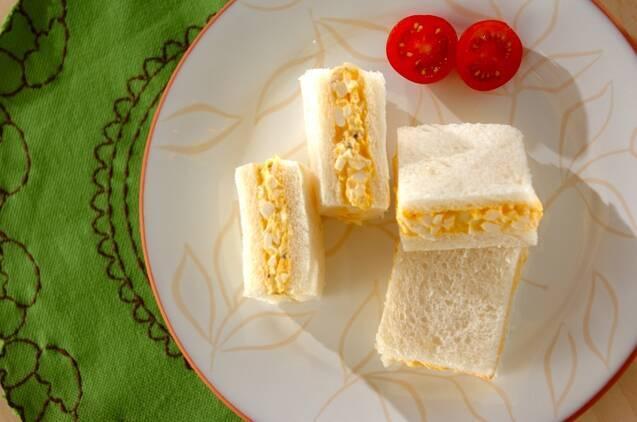 たまごが挟まれたサンドイッチ