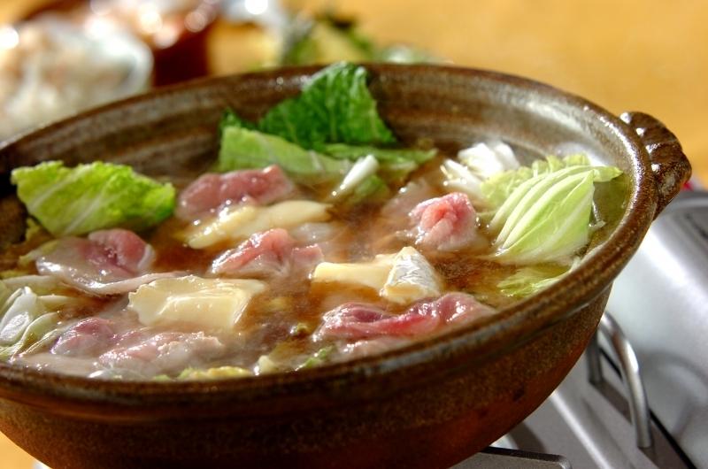 土鍋に入った白菜と豚肉の鍋