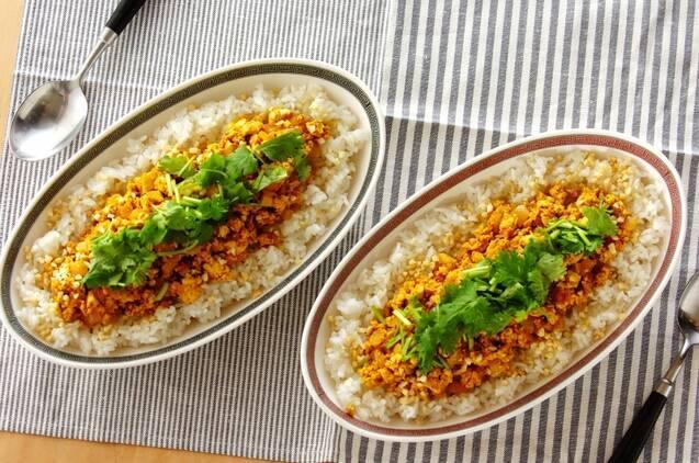 パクチーをトッピングした豆腐のキーマカレー